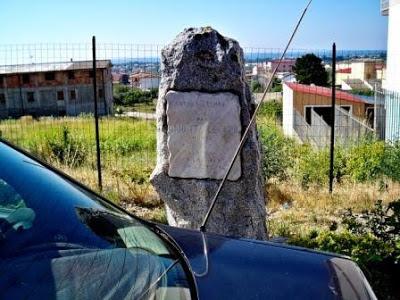 La stele che ricorda Giuditta Levato a Sellia Marina